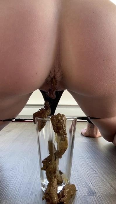 Shitting inside a glass after her workout UltraHD 2K (TheHealthyWhores /  2020) 115 MB